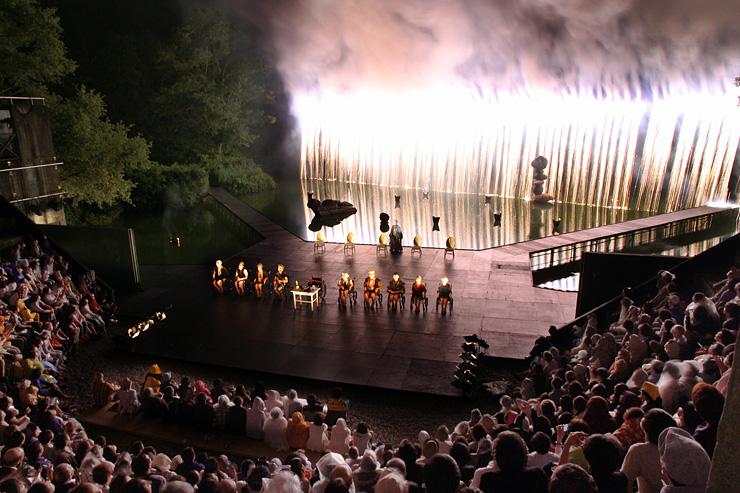 花火のまばゆい光が舞台を彩った「世界の果てからこんにちは」=県利賀芸術公園野外劇場