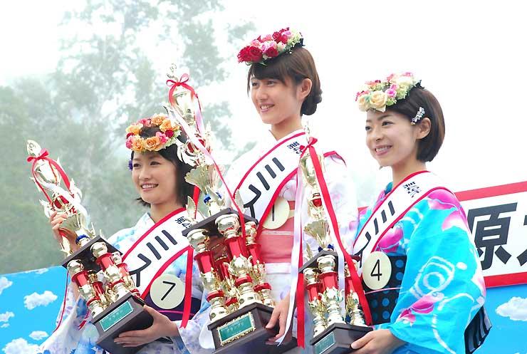 ミス志賀高原コンテストでグランプリに選ばれた町田さん(中央)とクラウンの竹内さん(左)、クイーンの丸山さん
