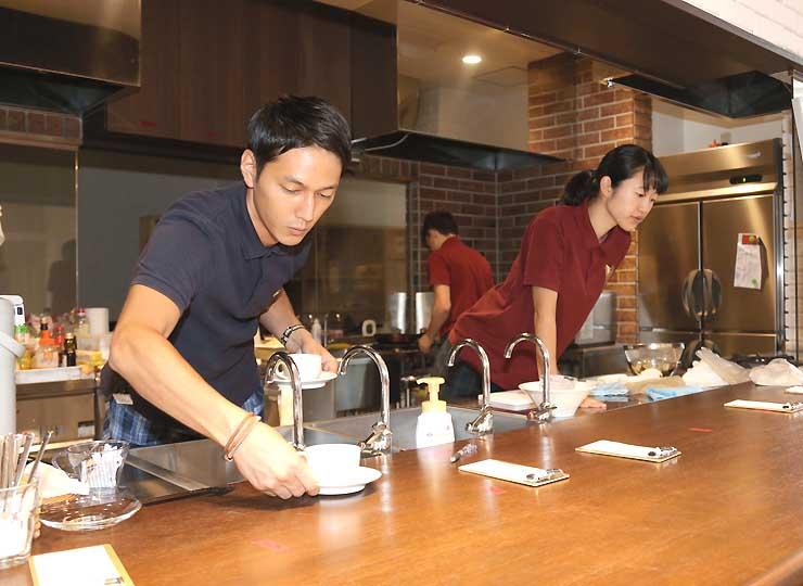 コーヒーなどを用意する学生たち