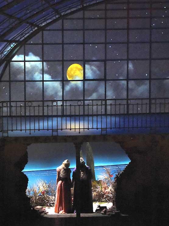 月が浮かぶ夜空などを映し出す舞台装置。ホール内にいながら、すぐ外に海や空が広がっているような感覚になる
