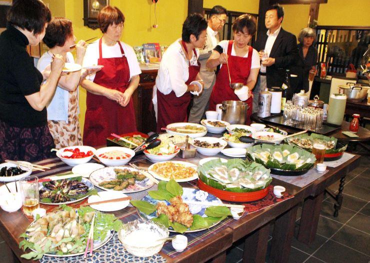 地元住民を招いて料理を振る舞ったプレオープンイベント=妙高市