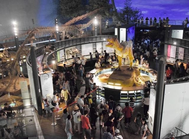 42体の全身骨格やティラノサウルスのロボットなどが大勢の入館者を魅了している展示室「恐竜ホール」=福井県勝山市の県立恐竜博物館