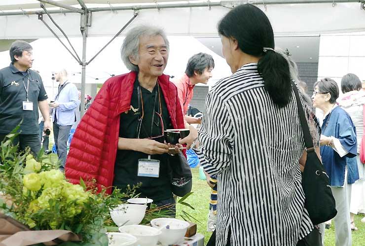 そばパーティーで参加者と笑顔で語り合う小澤征爾さん=26日、松本市のキッセイ文化ホール
