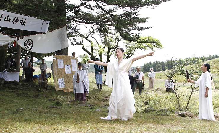旧御射山神社の前で舞を披露するMINALUさん(中央)
