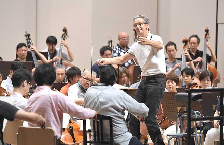 オーケストラのリハーサルで指揮するファビオ・ルイージさん=27日、松本市のキッセイ文化ホール