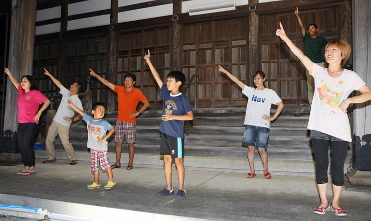 踊りの場面のリハーサルに励む団員たち=小矢部市中央町