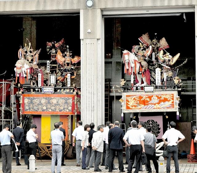 武者人形や水引幕で飾られ、出番を待つ敦賀まつりの山車=26日、福井県敦賀市の敦賀市みなとつるが山車会館