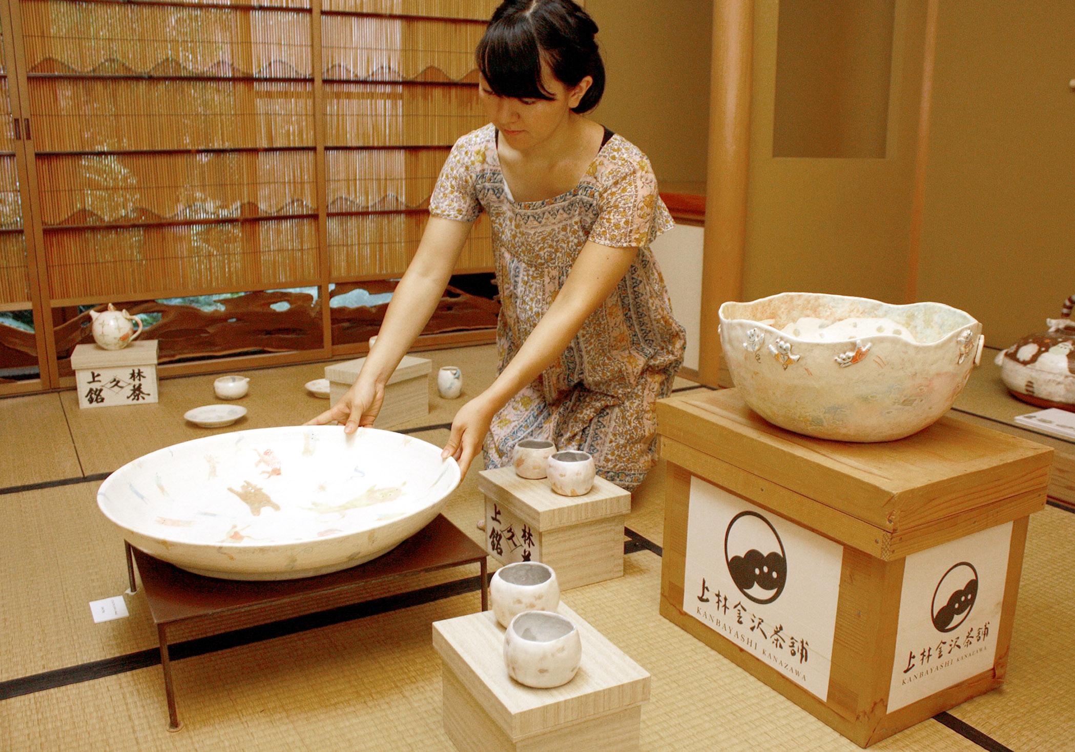 作品を展示する作家=28日午前10時50分、金沢市下新町の上林金沢茶舗