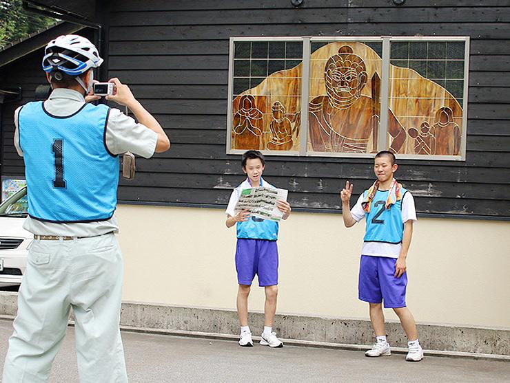 7月のプレイベントで、チェックポイントを回り撮影する参加者