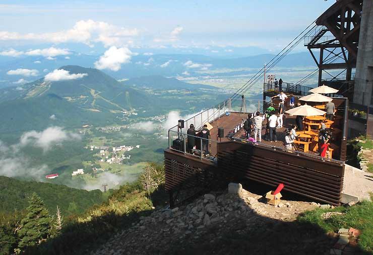 ロープウエー山頂駅付近にオープンした「ソラテラス」。絶景を見晴らせる