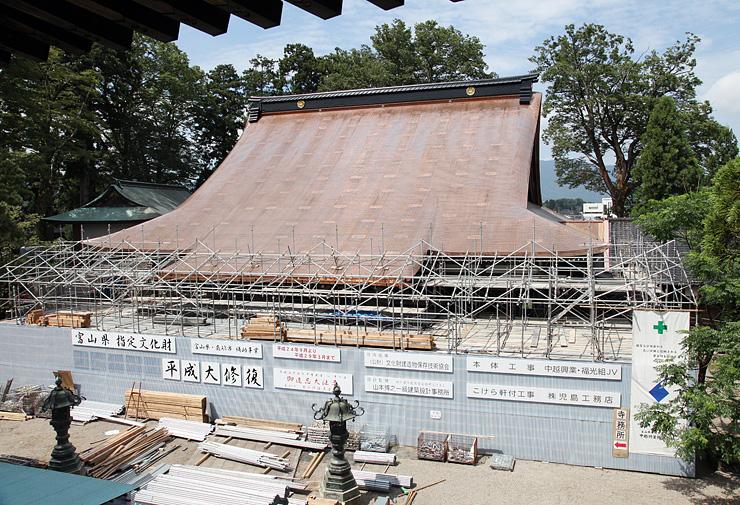 素屋根が解体され、姿を現した銅板ぶきの本堂屋根