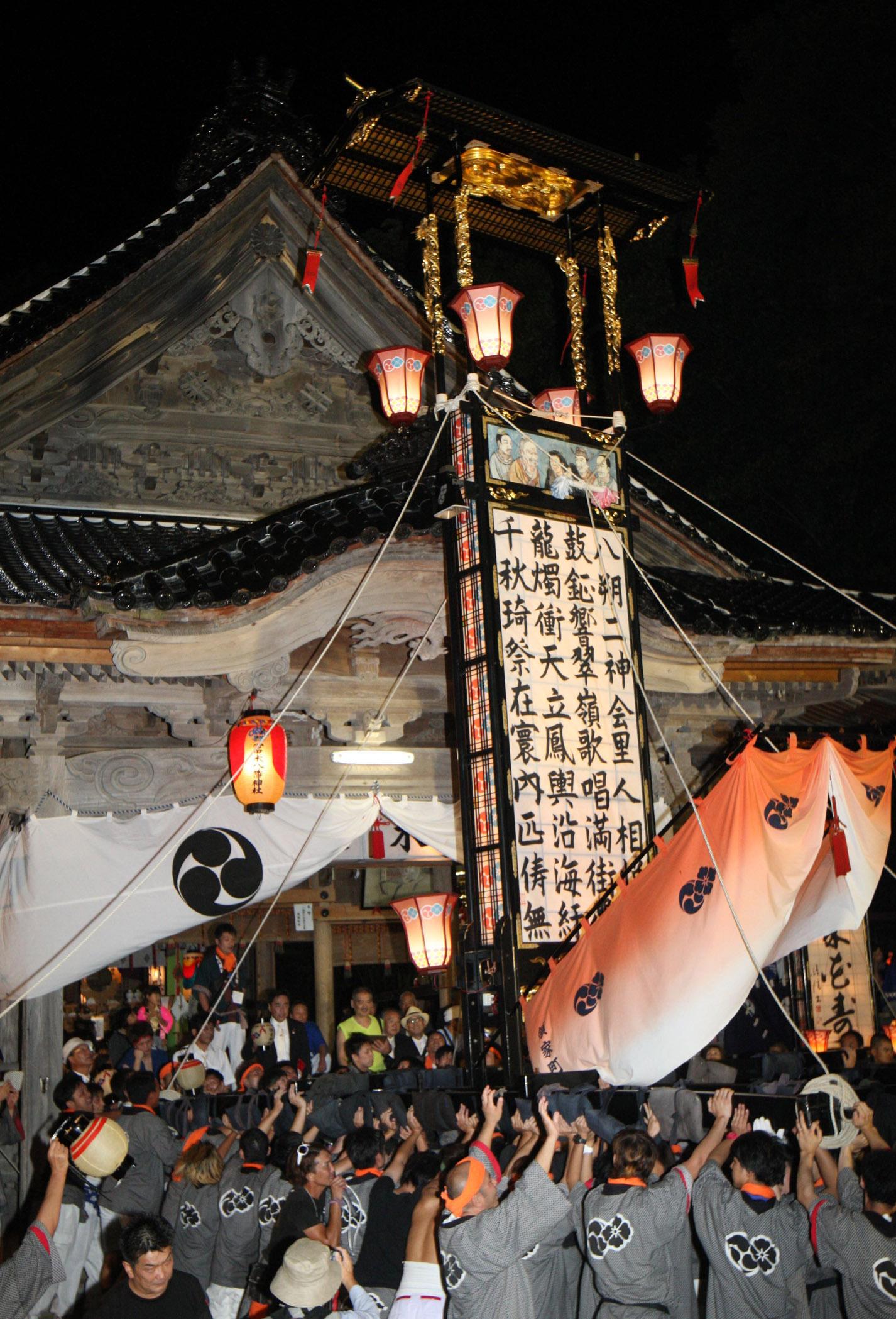 勇ましく舞うキリコ=29日午後7時50分、志賀町八幡の冨木八幡神社