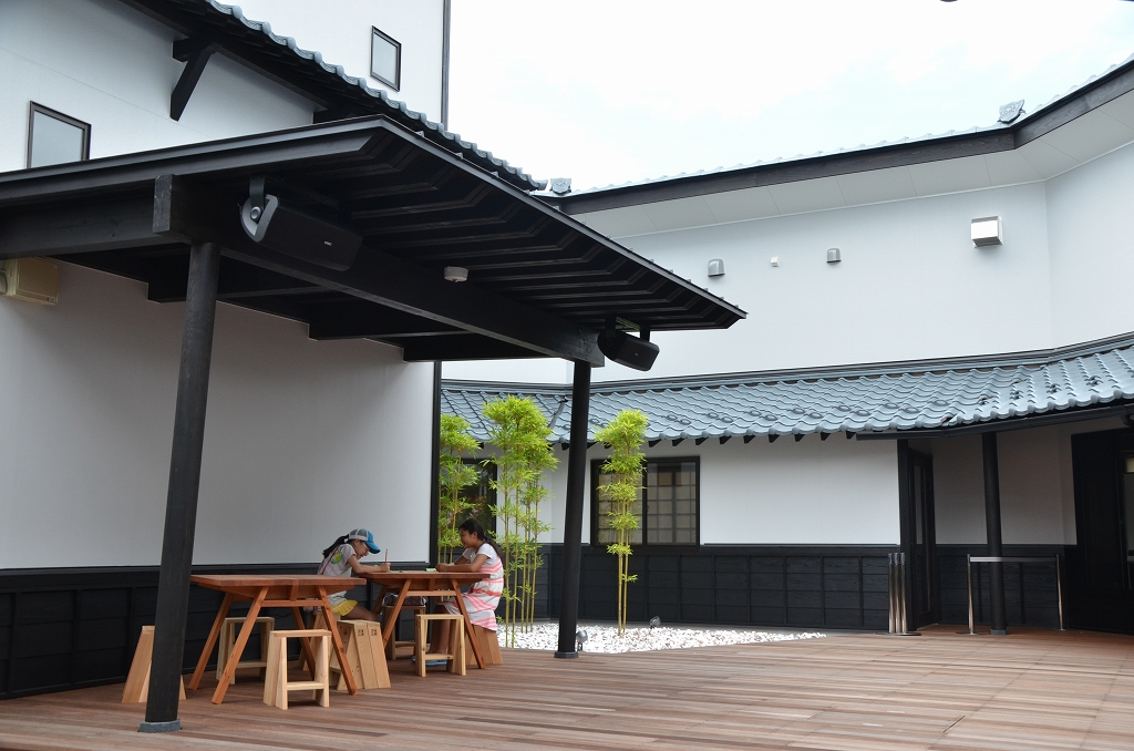 【余韻に浸る】館中央にある中庭は鑑賞の余韻に浸り、くつろげる空間。イベントにも使われる