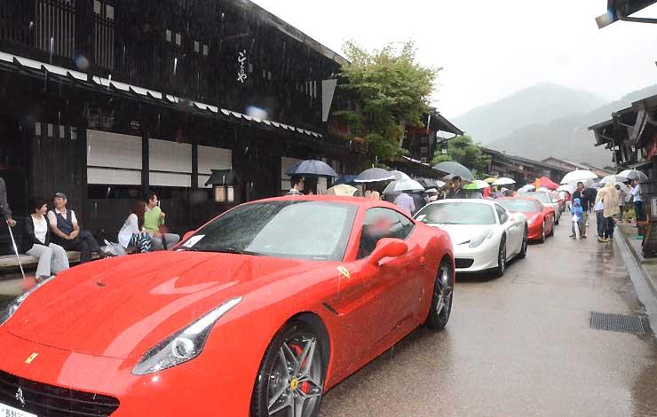 奈良井宿にずらりと並んだフェラーリ。古い町並みとの意外な取り合わせを観光客が楽しんだ