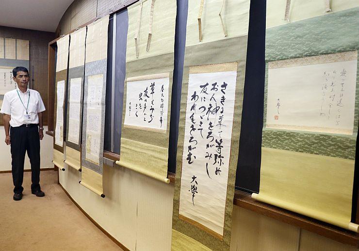 「所蔵屏風展」で展示する堀口大学の書簡や書=村上市