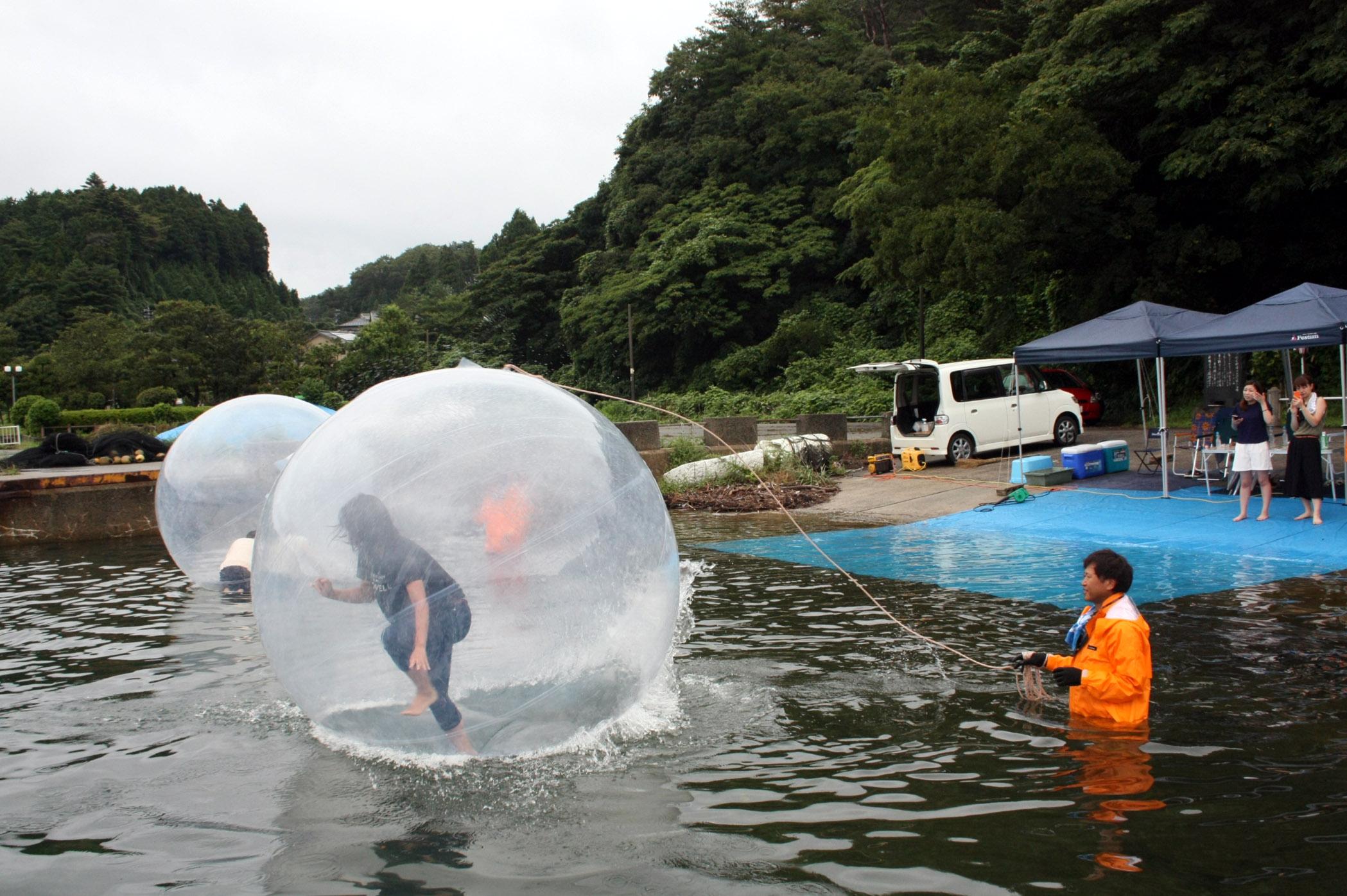 ウオーターダッシュを楽しむ参加者=穴水町川島の宝山マリーナ