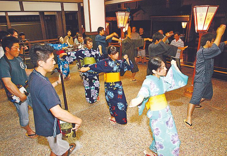 おわらの本番に向けて総仕上げの稽古をする踊り手と地方衆=富山市八尾町東町