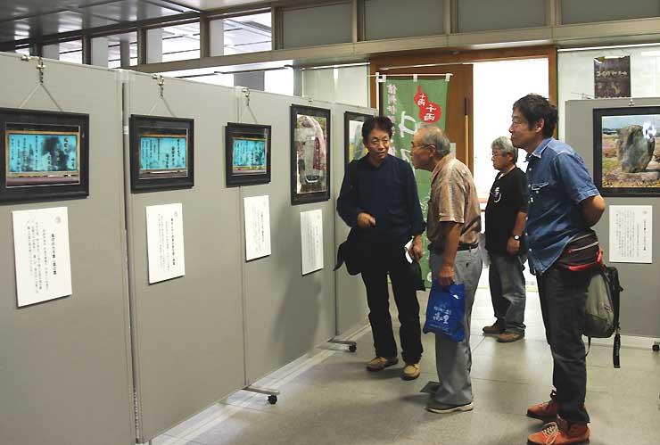 伊那市役所に展示された井月句碑の写真パネル