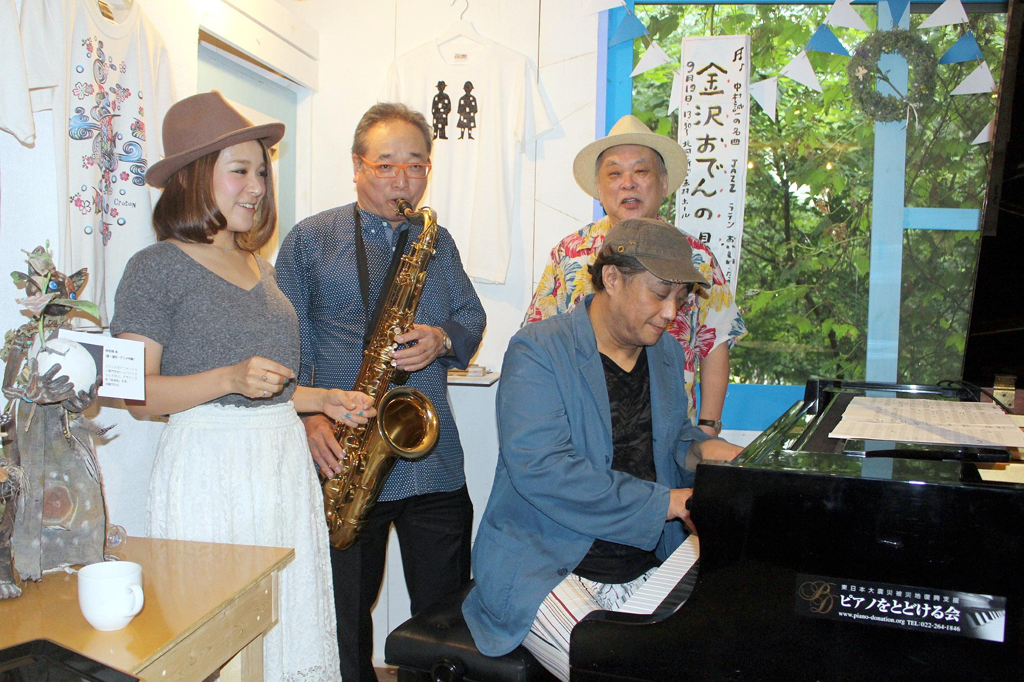 おでんの唄を確認する(左から)紗理さん、中村さん、嵐山さんと吉岡さん(前列)=東京・立川市