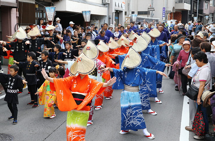 おわら風の盆が開幕し、優雅に町流しをする踊り手=富山市八尾町下新町