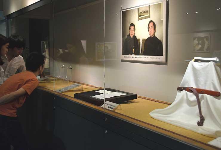 高倉健さんの写真とともに展示された刀剣類