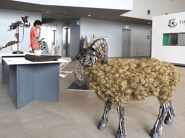 金属の端材を使った動物のオブジェなどが並んだブランキングアート展=1日、三条市