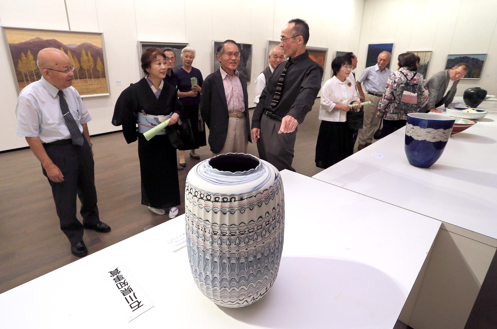 地元作家の意欲作を鑑賞する来場者=金沢21世紀美術館