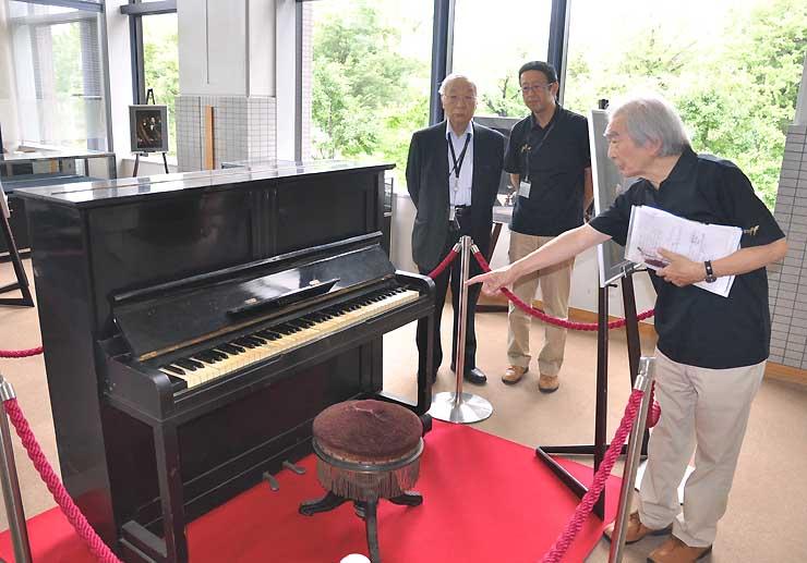 小澤征爾さんが少年時代に使っていたピアノ。弟の幹雄さん(右)は「征爾を音楽に引き込んだピアノ」と話している