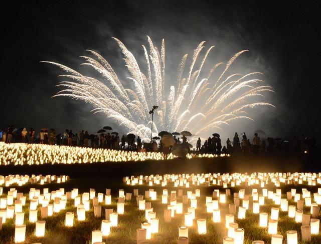ろうそくと花火が湖畔を彩った昨年の観月の夕べ=2014年9月、福井県あわら市北潟湖畔サイクリングパーク