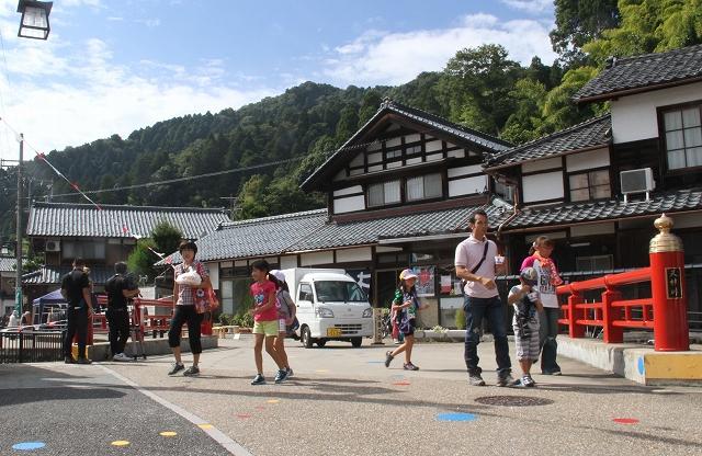 昨年の催しで、古い民家や職人工房が並ぶ中道通りのそぞろ歩きを楽しむ人々=2014年9月20日、福井県鯖江市河和田町