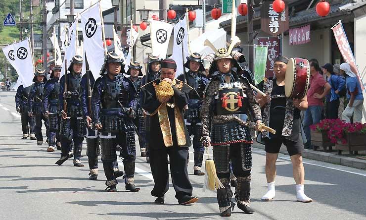 昨年9月の高遠城下まつりで行進する天山流信州高遠藩鉄砲隊