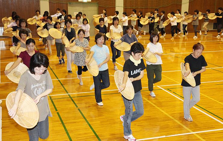 城端むぎや祭のパレード踊りの練習に励む女性たち=南砺市城端東部体育館