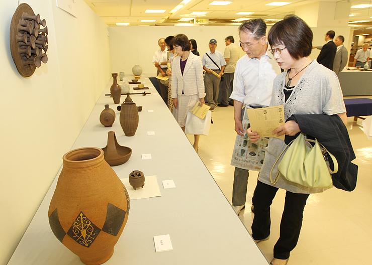 県内15の窯元が制作した約150点が並ぶ第50回記念郷土陶芸展=高岡大和