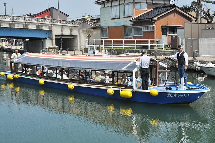 下条川の遊覧に向けて地元の観光ボランティアを乗せて内川を運航する「いみず丸」(6月撮影)