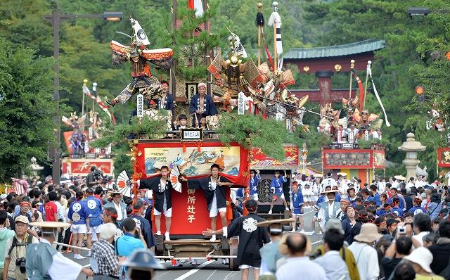 3年ぶりに山車巡行が実施され、観光客らでにぎわう敦賀まつり=4日、敦賀市神楽町1丁目