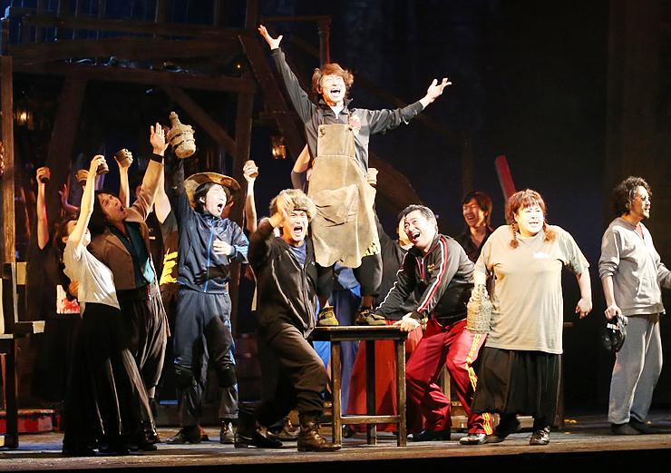 5日からの公演本番に向け、熱のこもった演技を見せる森公美子さん(右から2人目)らキャスト陣=オーバード・ホール