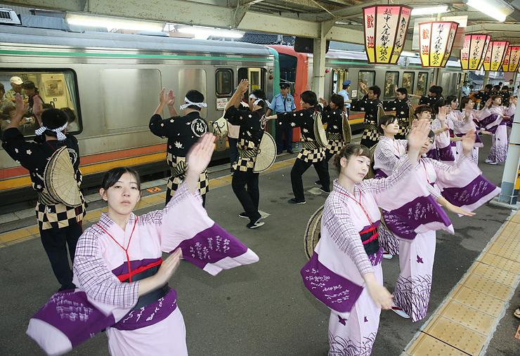 踊り手に見送られながら出発する始発列車=JR越中八尾駅