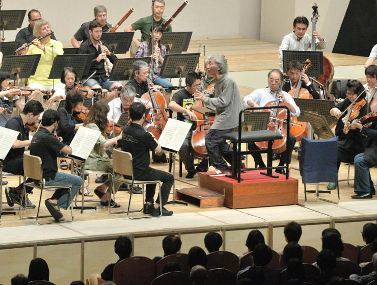 オーケストラコンサートのリハーサルで指揮をする小澤征爾さん=5日、松本市のキッセイ文化ホール