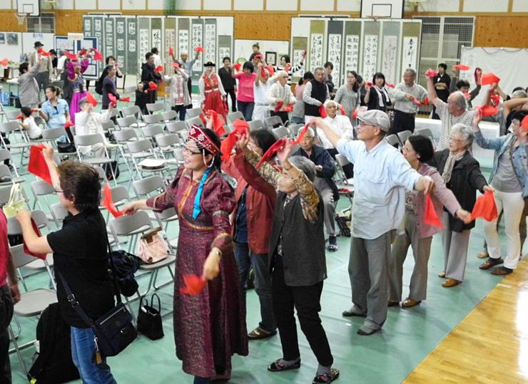 音楽に合わせて会場を訪れた人も一緒に踊ったコンサート=木曽町開田高原