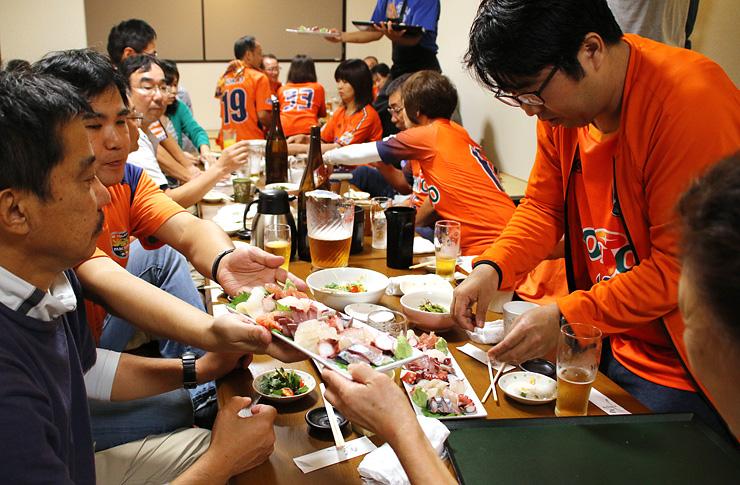 新鮮な刺し身を堪能する長野サポーター=富山市千石町の居酒屋