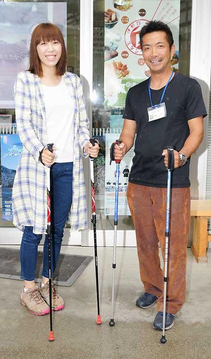 復興イベントをPRする添田さん(左)ら