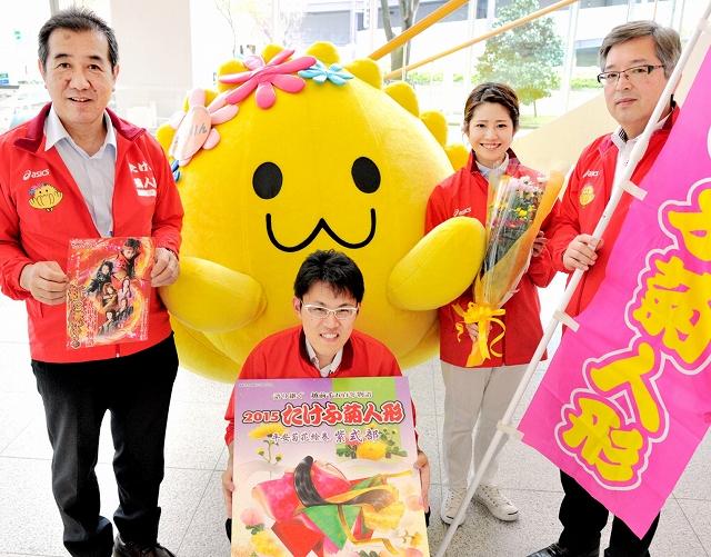 たけふ菊人形への来場を呼び掛ける宣伝隊=7日、福井新聞社