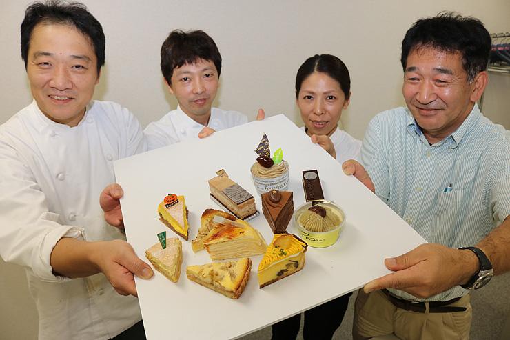 空中カフェで提供するスイーツを手にす参加店の代表ら=北日本新聞砺波支社
