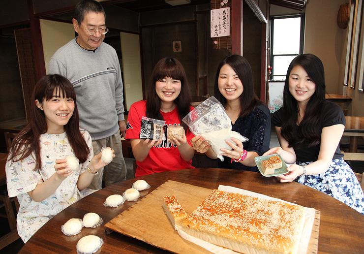 サトイモペーストと試作の菓子を手にする(前列左から)中島さん、織井さん、峯さん、古田さん。後ろは田村さん