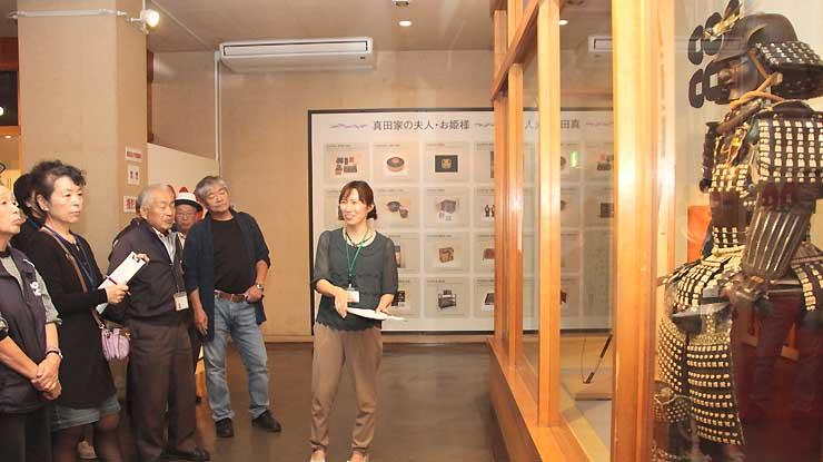 展示品の説明を聞くギャラリートークの参加者ら