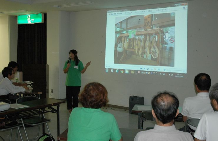 経験豊富な乗務員が観光案内のポイントを説明したアイエムタクシーの研修会=8日、上越市