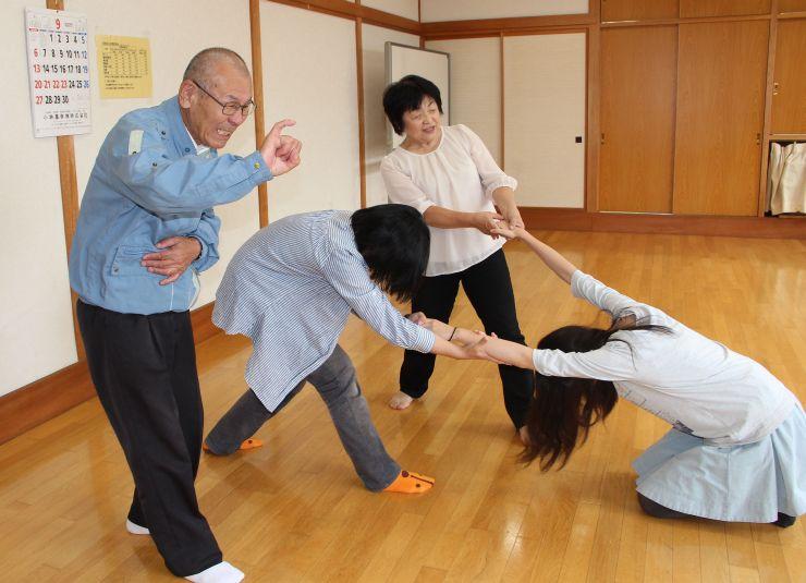 西地区公民館で行われた劇の稽古で、せりふを手話にする冨山孝雄さん(左)=8日、新潟市西区