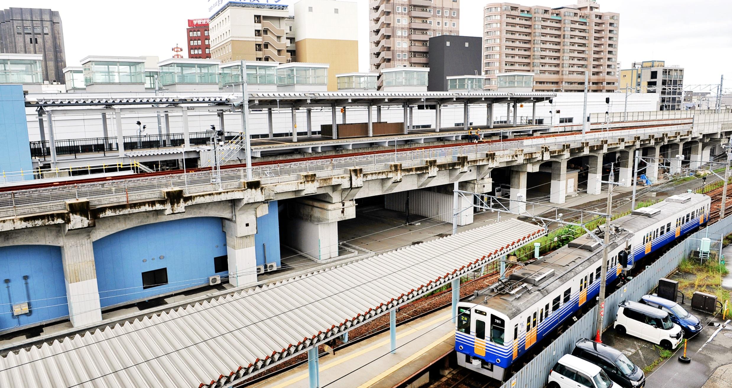 北陸新幹線高架上に設けられたえちぜん鉄道の仮福井駅のホーム(上)。下は現在のホーム=11日、福井市日之出1丁目付近