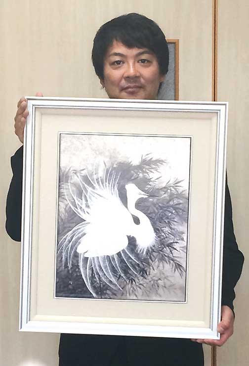 展示予定の加山又造の「風」を複製した陶板画を持つ大井代表