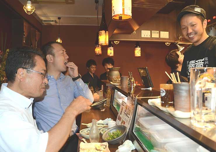 オープン初日に焼き鳥や日本酒を楽しむ来店客